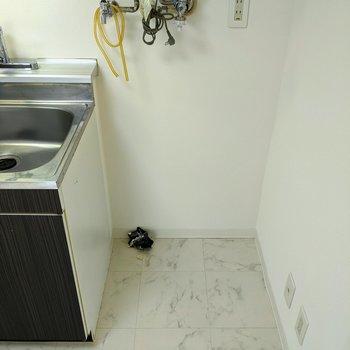 【キッチン】キッチンの隣に洗濯機置場があります。