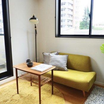窓際にソファを置けば、背後からの日差しで読書なども快適に。