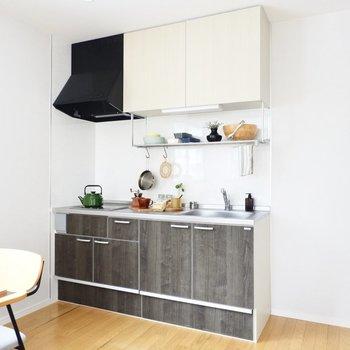 キッチンはダークなウッド調が大人な印象。