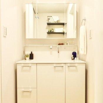 ワイドな印象の洗面台。鏡裏など棚がたくさんついています。