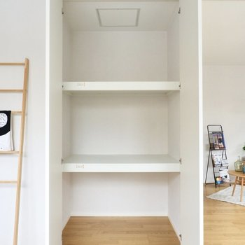 天井まで伸びる収納スペース。奥行きがあり、季節家電を入れるのも良さそうですよ。