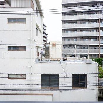眺望は向かいの建物と正面の通り。