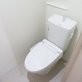 トイレは温水洗浄便座付き(※写真は3階の同間取り別部屋のものです)