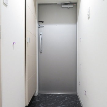 大きな玄関です(※写真は3階の同間取り別部屋のものです)