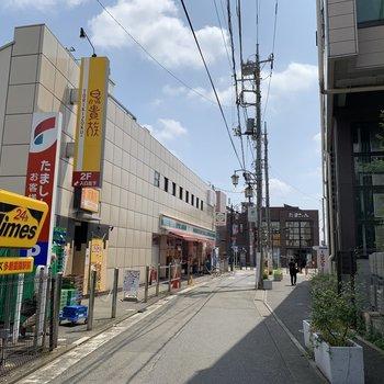 駅前はコンビニや飲食店があります。