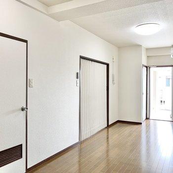 【LDK】奥の引き戸を開けると洋室があります。手前のドアは脱衣所です。