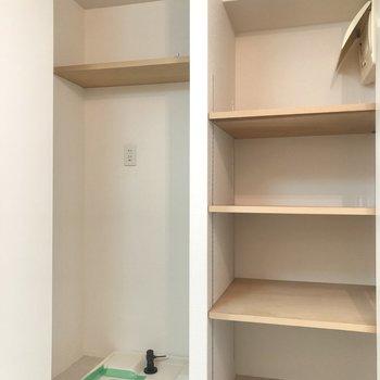 逆サイドには洗濯機置場と収納棚。どちらも扉付きなので生活感を隠せますよ。