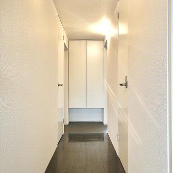 廊下の右手にトイレ、左手にはさっきの脱衣所に繋がっています。