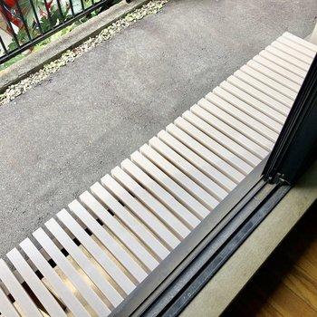 窓の外には足場がありますよ※写真は1階の反転間取り別部屋のものです