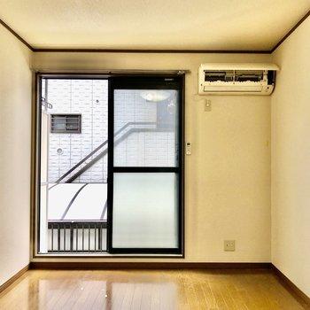 TVは窓横の壁に※写真は1階の反転間取り別部屋のものです