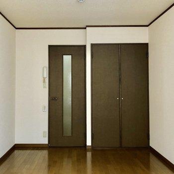 ドアのブラックが落ち着いた雰囲気を醸し出しますね※写真は1階の反転間取り別部屋のものです
