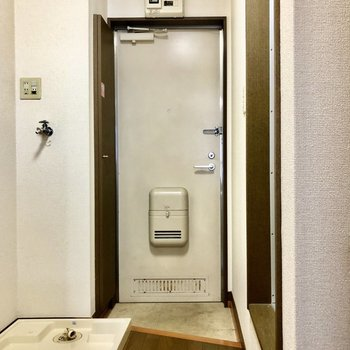 玄関の框は斜めに※写真は1階の反転間取り別部屋のものです