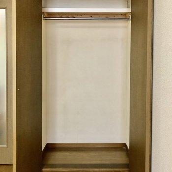ロングな服もかけられます※写真は1階の反転間取り別部屋のものです