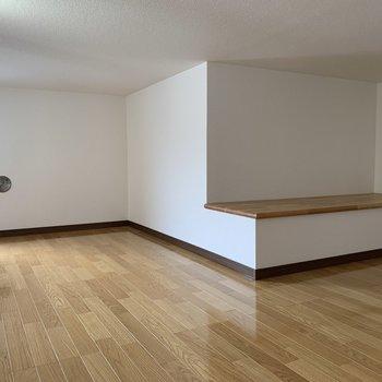 【ロフト8.1帖】ベンチがあるの、面白いですよね。収納棚にしてもいいのかも。