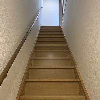 階段の広さはこのくらい。大きな家具は、組み立て前に運び入れましょう。