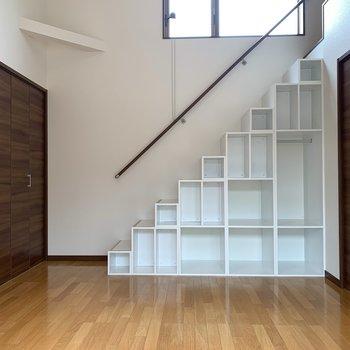 【洋室10.27帖】凸凹階段が収納を兼ねています。安定感がある。
