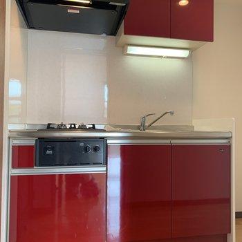印象的な赤いキッチン!洋室としっかり区切られているのが嬉しい。
