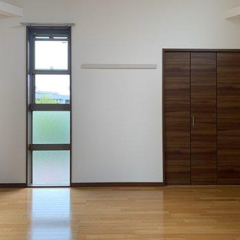 【洋室10.27帖】窓の横の長押がワンポイント。