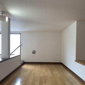 【ロフト8.1帖】階段傍の窓のおかげで、ロフトにも陽光が入ります。