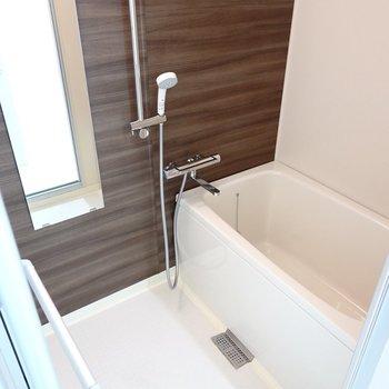 お風呂は木目のシート張り。水栓なども新しく、快適なバスタイムが送れそう。