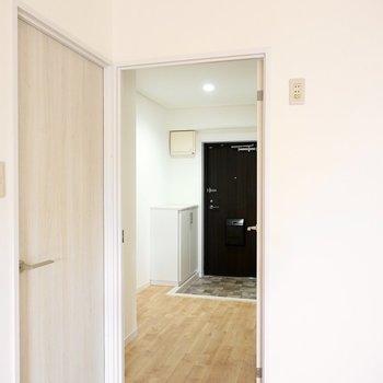 お次は廊下へ。出て左手にトイレ、右手にもうひとつの洋室。