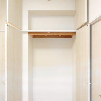 右側はオープンな感じ。突っ張り棒やハンガーラックでクローゼットに。