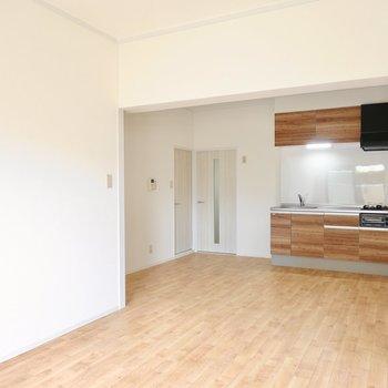 キッチン側はダイニングに。13帖と広いので余白のある空間使いができます。