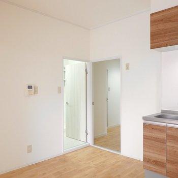左は脱衣所、右は廊下へのドア。まずは脱衣所へ。