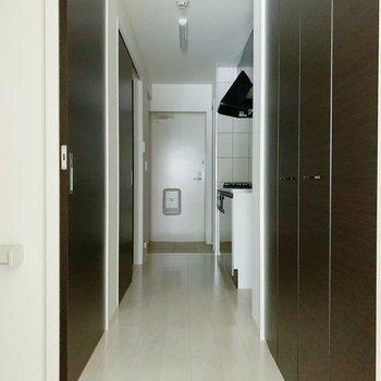 全ての扉がシックな色で少し大人っぽい雰囲気◯右側の扉をあけてみると…