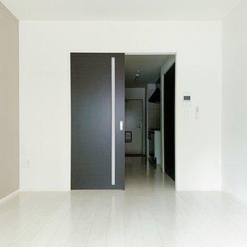 壁紙は淡い色で統一されていて、扉がシックで空間のアクセントに。