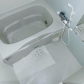お風呂はゆっくり浸かってリラックスできそうだな〜。(※写真はフラッシュを使用しています)