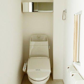 反対側にはトイレ。機能面が充実していて、温水洗浄便座や鏡付き収納もついてます…!
