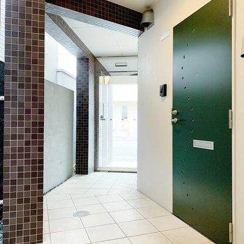 ドアの色がステキ◯共用部広めなので、大きな荷物も楽々運べそうです。
