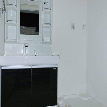 サニタリーにはたくさん収容できそうな独立洗面台と洗濯機置場。(※写真はフラッシュを使用しています)