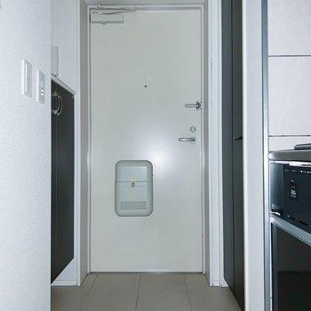 玄関も広々しているので、3〜4足は置いておけそうかな。(※写真はフラッシュを使用しています)