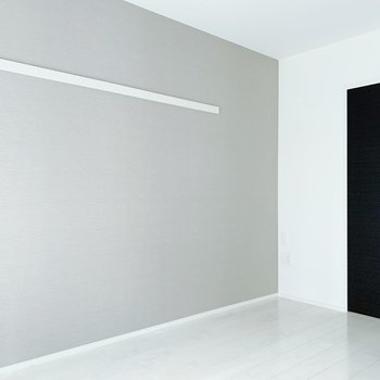 こちら側にテレビ台を置こうかな。ピクチャーレールには好きな写真を飾りたい!