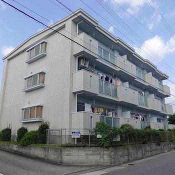 3階建てマンションの2階のお部屋。