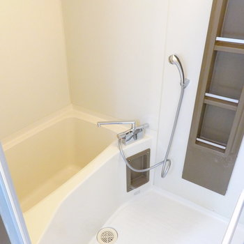 お風呂は右に。機能はシンプルですが水栓とシャワーヘッドが交換されています!