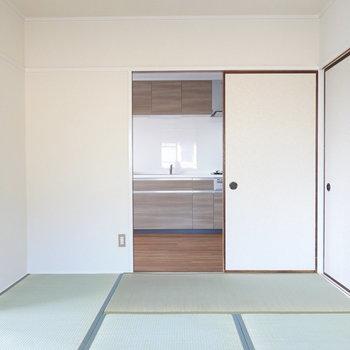 リビングとキッチンに向けて扉があります。