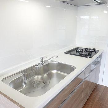 グリル付きの3口コンロに広〜いシンク。皿洗いは誰かに任せても余裕のある広さ。