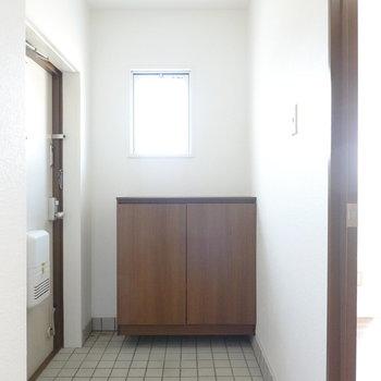 窓がある明るい玄関。