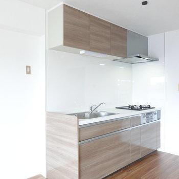 このお部屋の目玉、木目調のキッチン!冷蔵庫置場は左に。