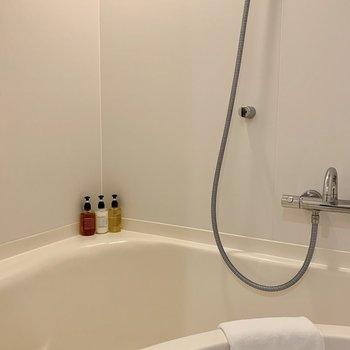 洗面台の反対側にお風呂があります。