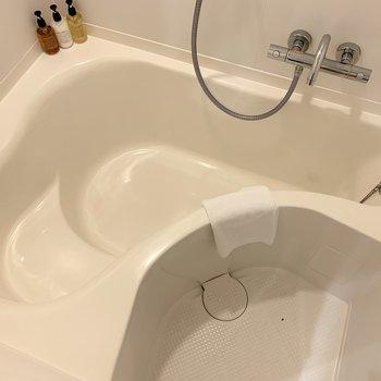 ちょっと変わった形の浴槽です。