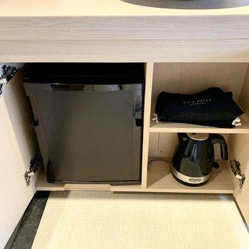 デスク下には冷蔵庫・電子ポット・ドライアーがあります。