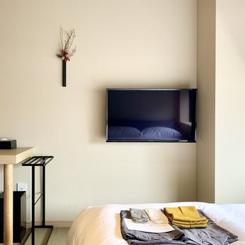 ベッドの向かい側には壁掛けのTVがあります。