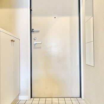 玄関土間は白いタイル張り。