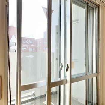 窓は2重サッシになっています。遮音性が高いんです。
