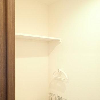 上には棚、あります。(※写真は5階の同間取り別部屋のものです)