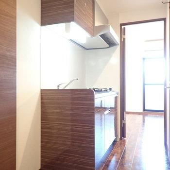 キッチンも床と同じ色合い。(※写真は5階の同間取り別部屋のものです)